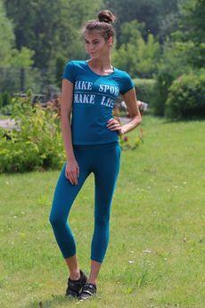 Костюм для фитнеса: укороченные легинсы и футболка