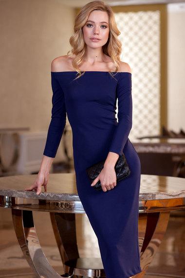 Облегающее платье с открытыми плечами. Фото .
